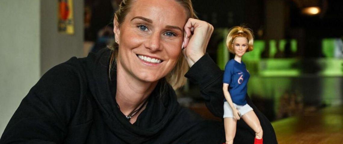 Amandine Henry et la poupée Barbie a son effigie