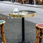 Des tables et des chaises d'un bistrot