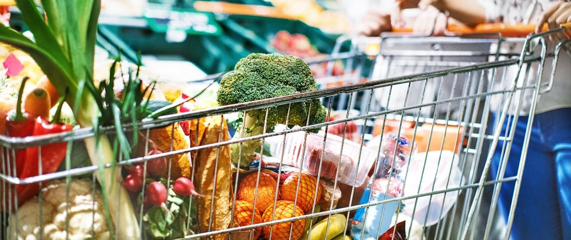 Un caddie rempli dans un supermarché