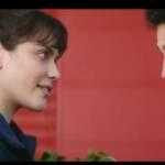 Deux jeunes gens se regardant dans les yeux
