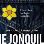 Veste en jean avec une jonquille à la boutonnière de la poche