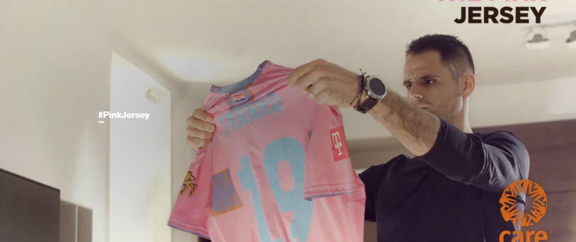 Homme sortant un t-shirt rose de la machine à laver