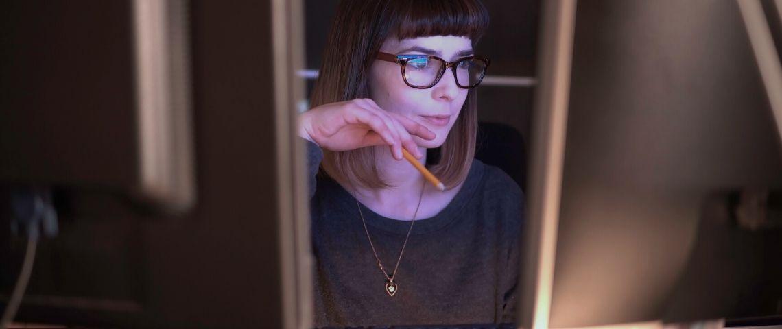 Une femme devant des ordinateurs