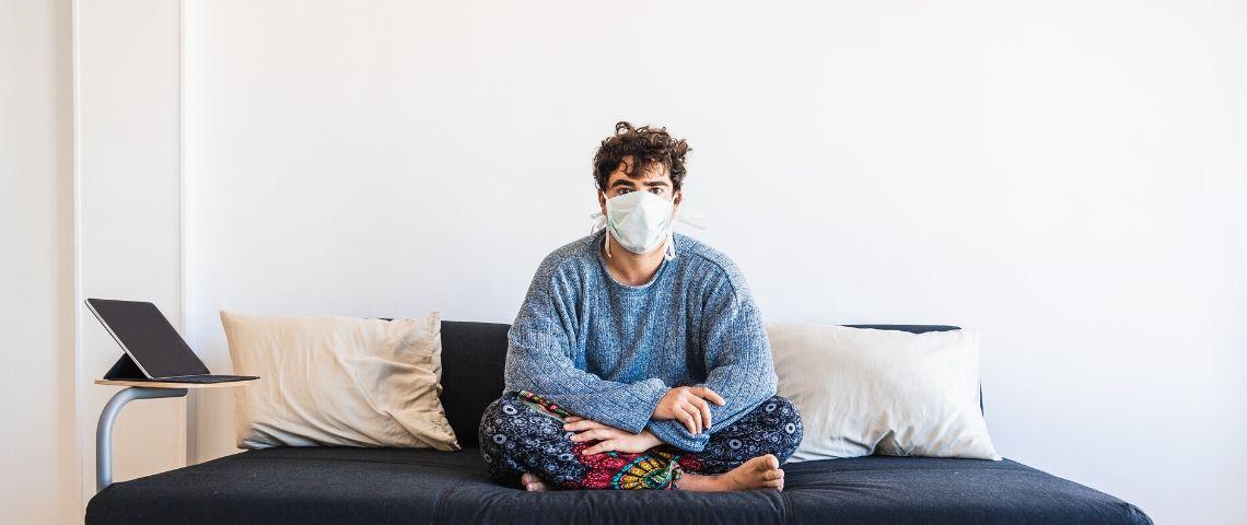 Un homme avec un masque dans son salon