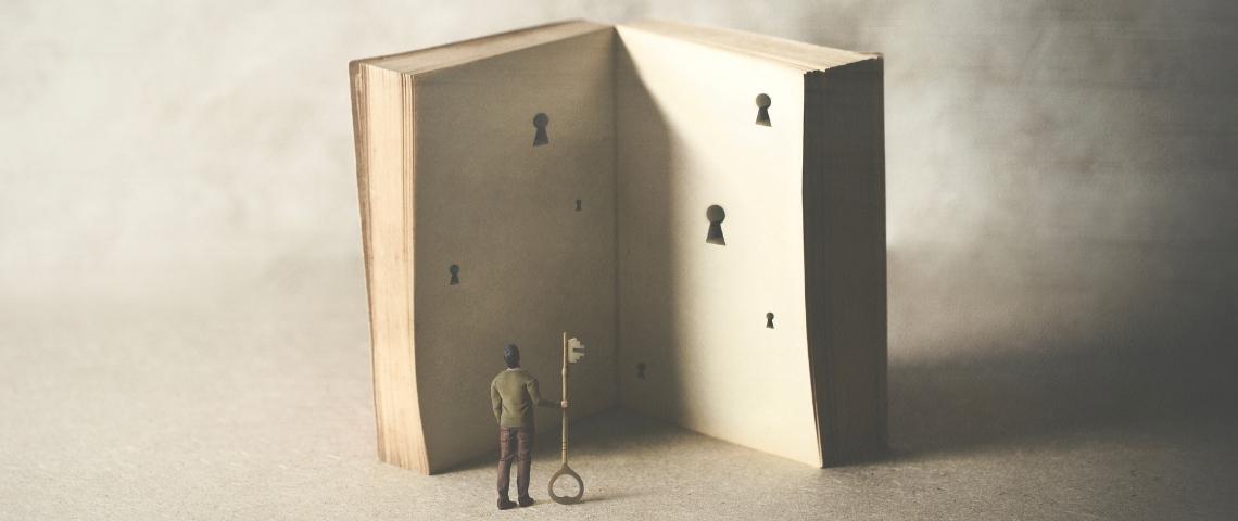 un livre ouvert avec des serrure et une personne qui a la clé