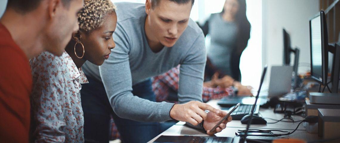 Des employés parlent du réseau informatique