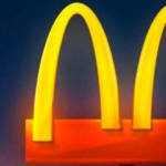 Le logo de McDonald's coupé en deux pour inciter à la distanciation sociale