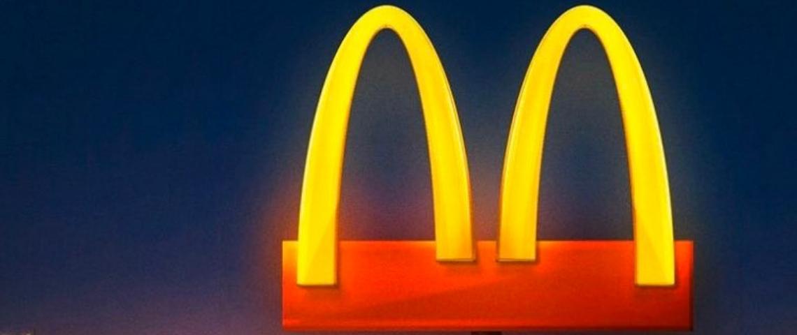 Le logo de McDonald's coupé en deux pour inciter à la distanciation sociale