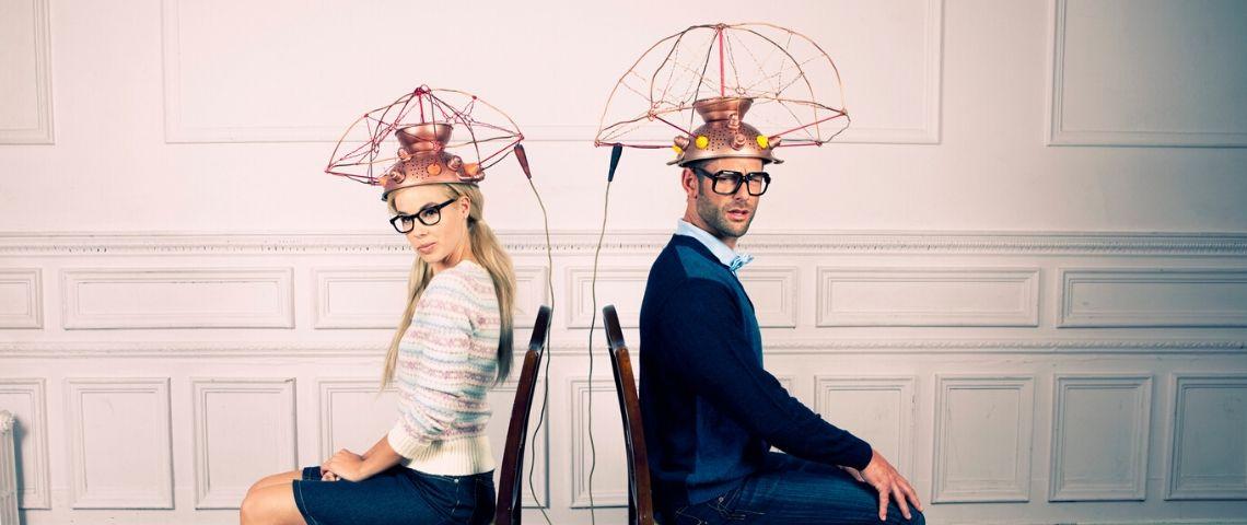 un homme et une femme assis sur des chaises avec des électrodes sur la tête