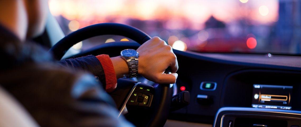 Chauffeur dans un véhicule