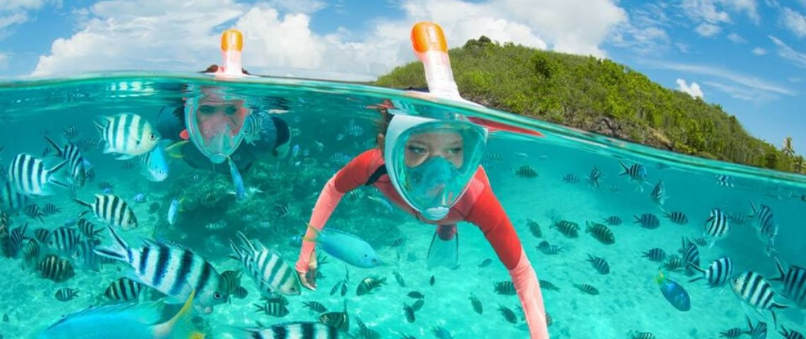 Des enfants en train de faire du snorkeling avec les masques Easybreath de Decathlon