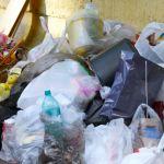 Des sacs poubelles abandonnés dans la rue