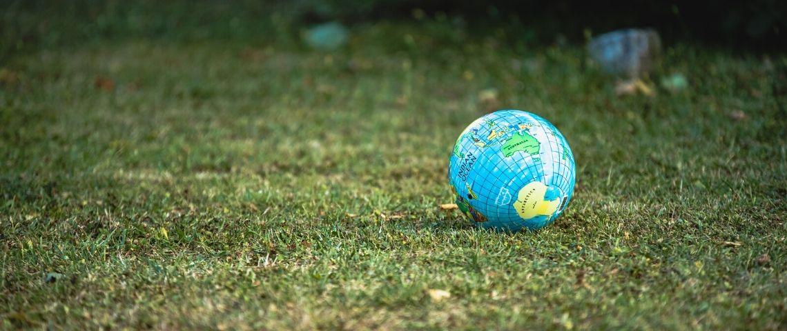 Un ballon en forme de globe sur l'herbe