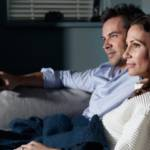 Un couple qui regarde la télé