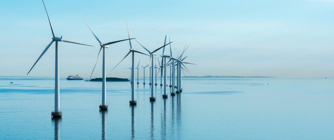 Des éoliennes sur l'eau