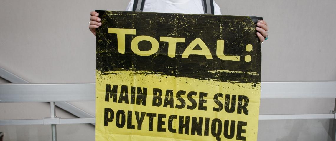 Une pancarte de Greenpeace dénonce la main basse de Total sur Polytechnique