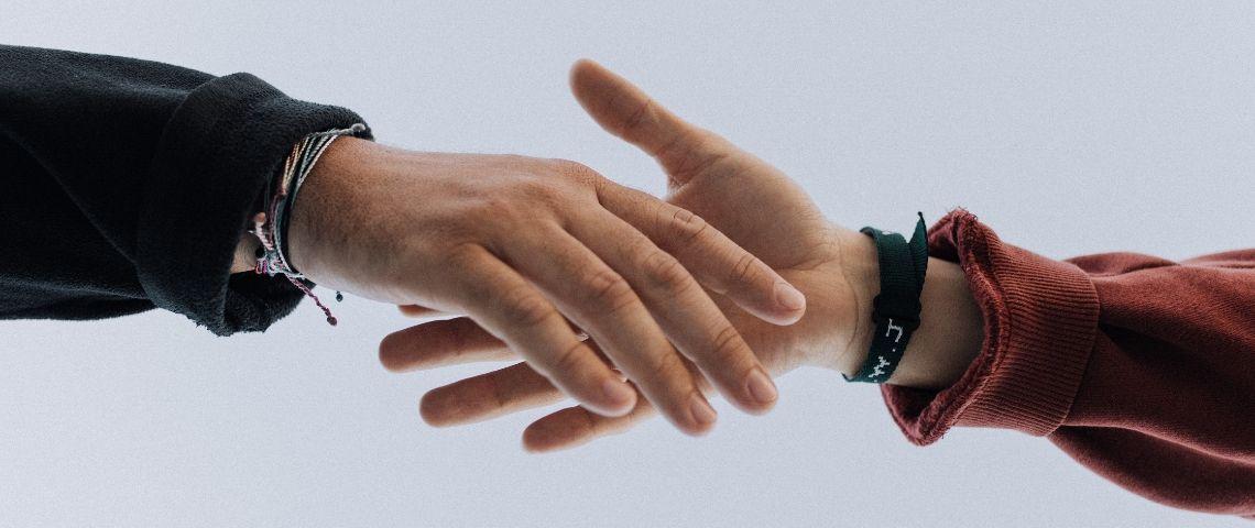 Deux mains qui se touchent