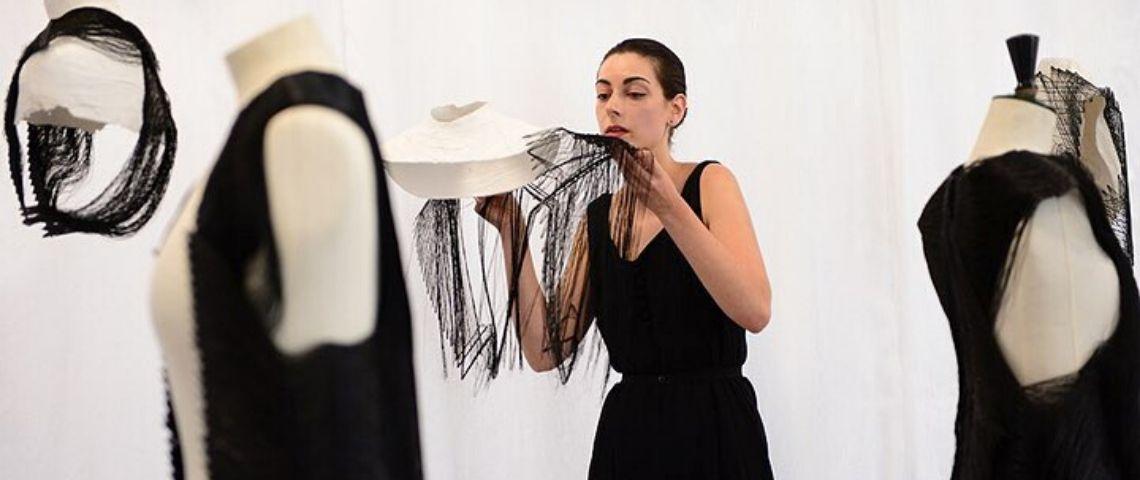 une couturière ajuste des vêtements