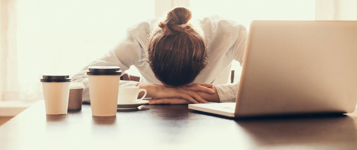 Une femme déprimée derrière son ordinateur chez elle