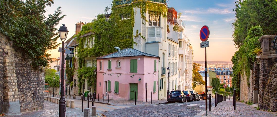 immeuble parisien avec personne dans la rue
