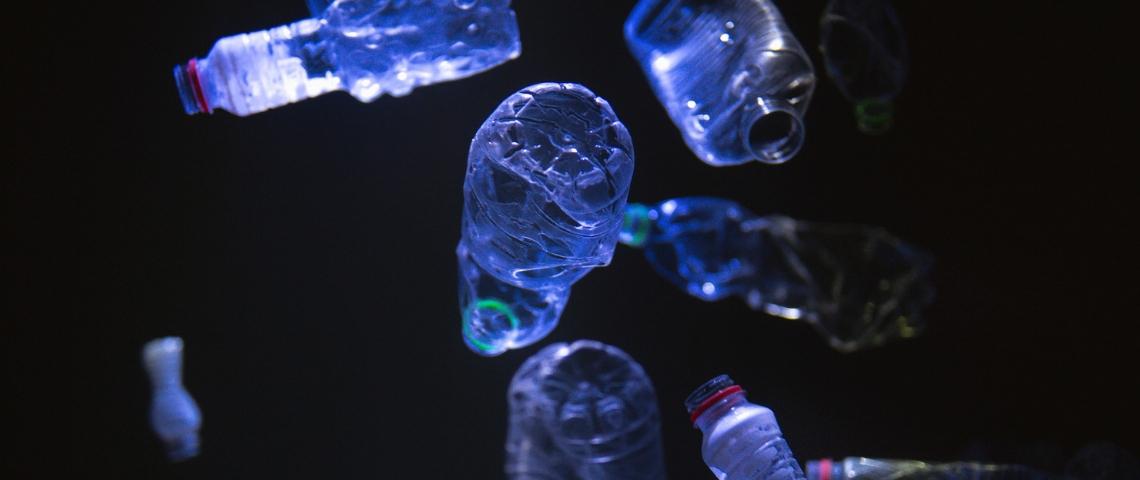 Des bouteilles en plastique sur un fond sombre