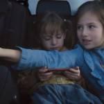 Enfants à l'arrière d'une voiture