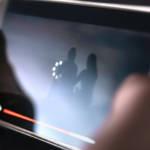 Une personne en train de lire une vidéo dont le téléchargement est lent sur son smartphone