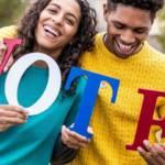 Un homme et une femme qui tienne des lettres qui forment le mot VOTE