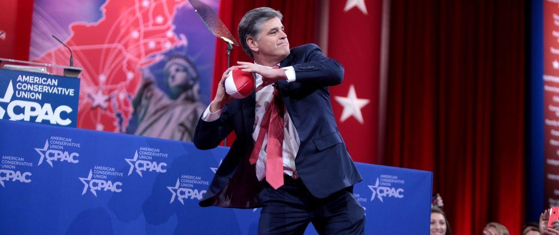 Sean Hannity lançant une balle dans son public