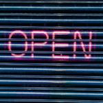 """Une entrée de garage avec taggé """"open"""" dessus"""
