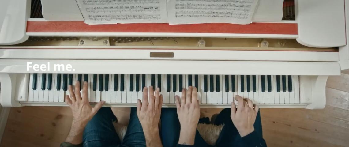 Un extrait de la publicité IKEA en Espagne pendant le coronavirus, avec deux personnes en train de jouer du piano