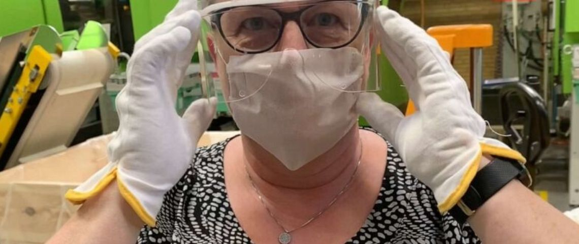 Photo d'une salarié de Lego portant une visière de protection contre le coronavirus