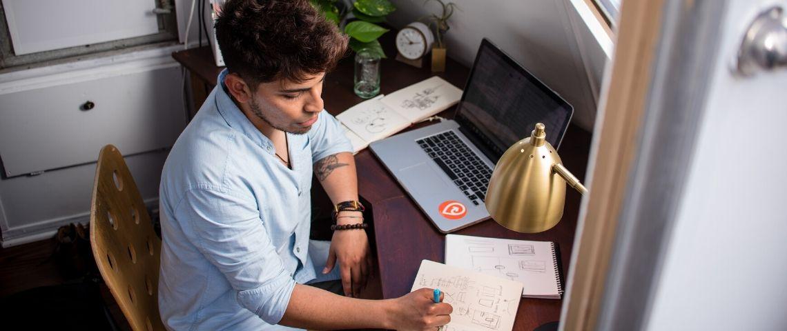 Un homme travaille en home office