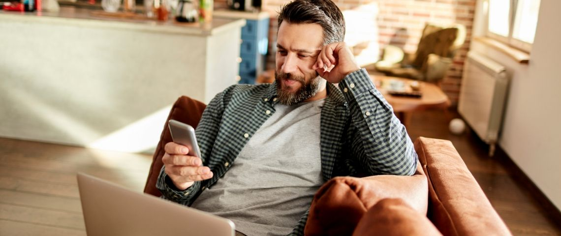 Un homme sur son téléphone