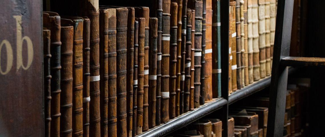 Des vieux livres dans une bibliothèque
