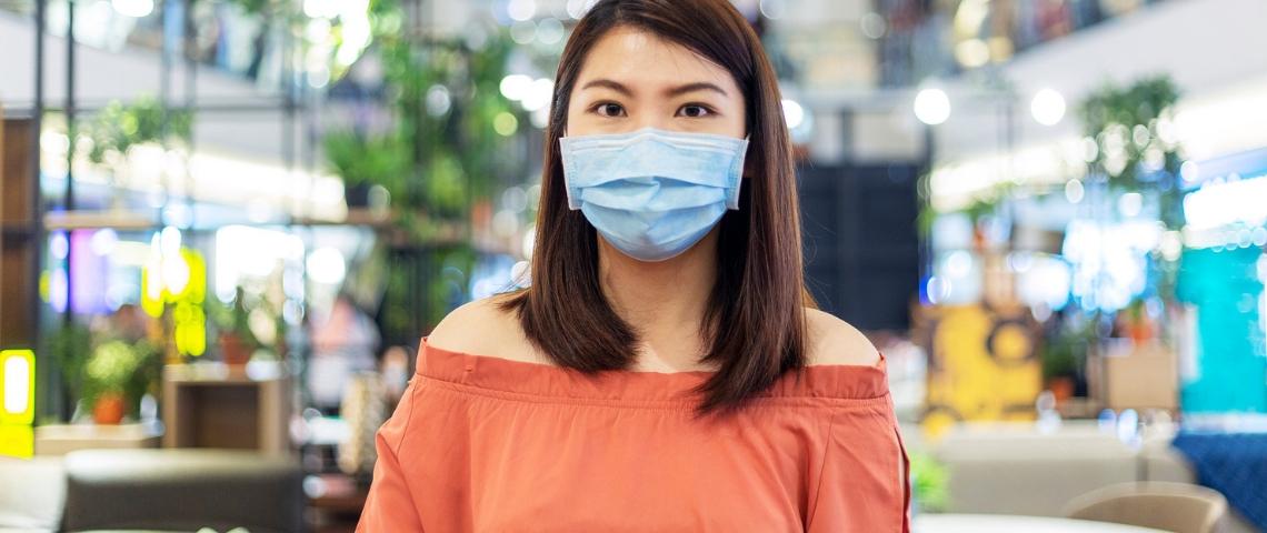 Une femme asiatique portant un masque de protection médical