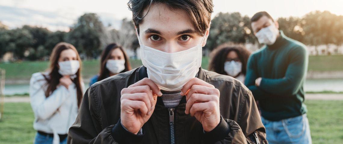 Un groupe de personnes avec des masques
