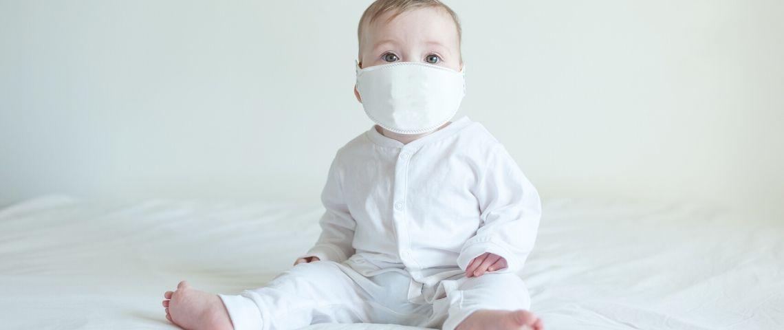Un bébé avec un masque