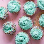 Des cupcakes bleu sur un fond rose