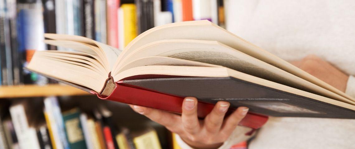 Une femme qui lit un livre