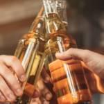 Des hommes qui boivent des bières