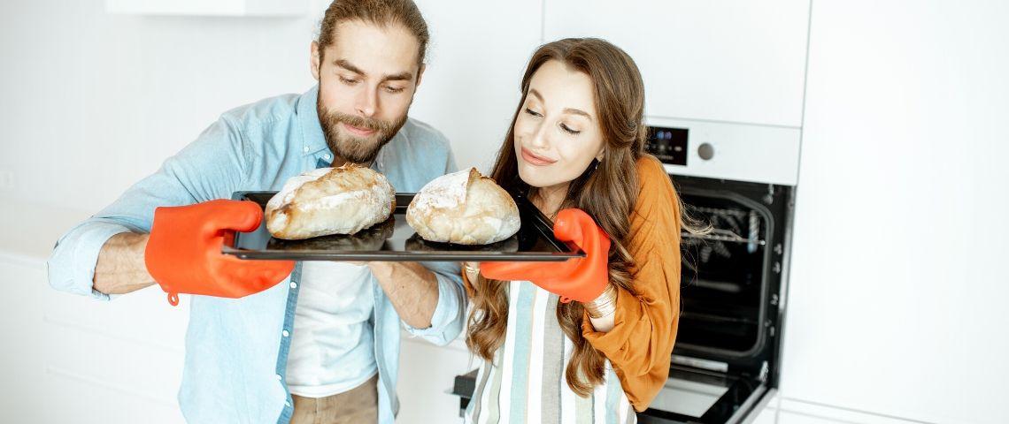 Un couple qui fabrique son propre pain