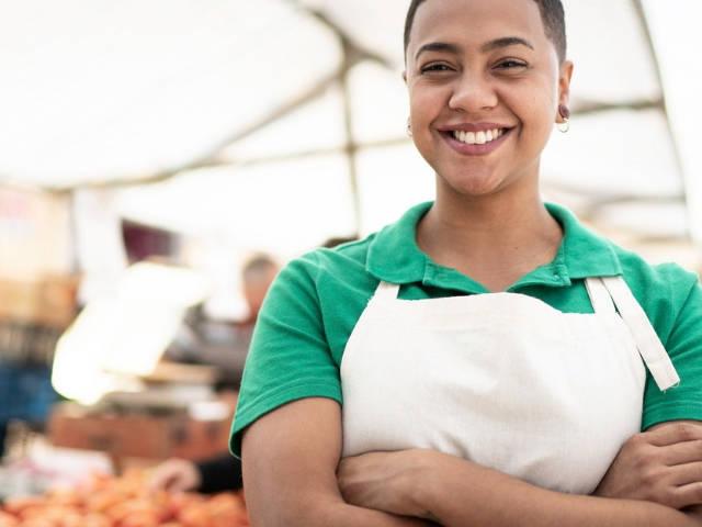Une femme dans un marché de fruits et légumes