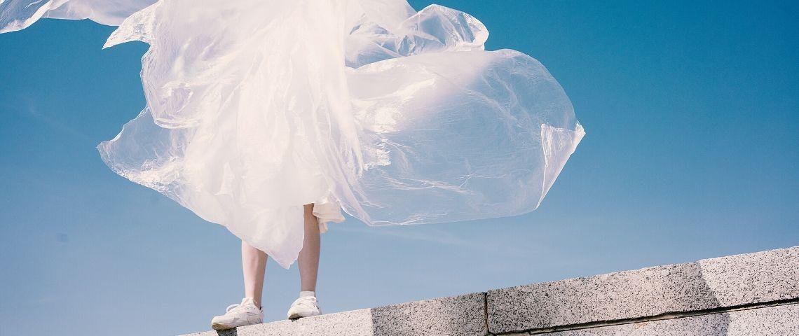 Une personne avec du tissu qui vole autour d'elle