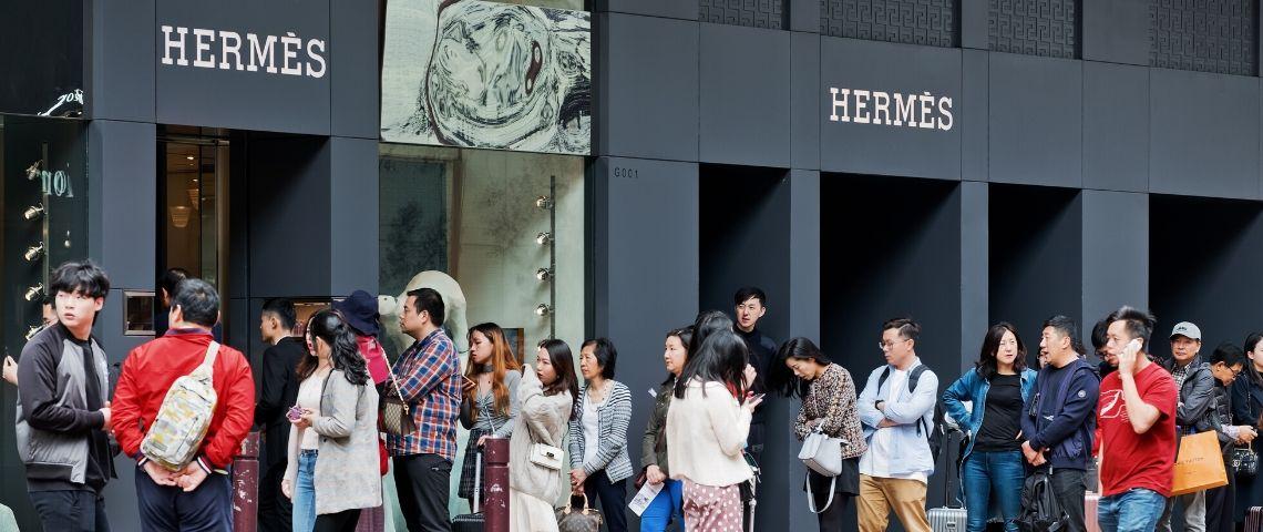 Des Chinois font la queue pour rentrer dans une boutique Hermès
