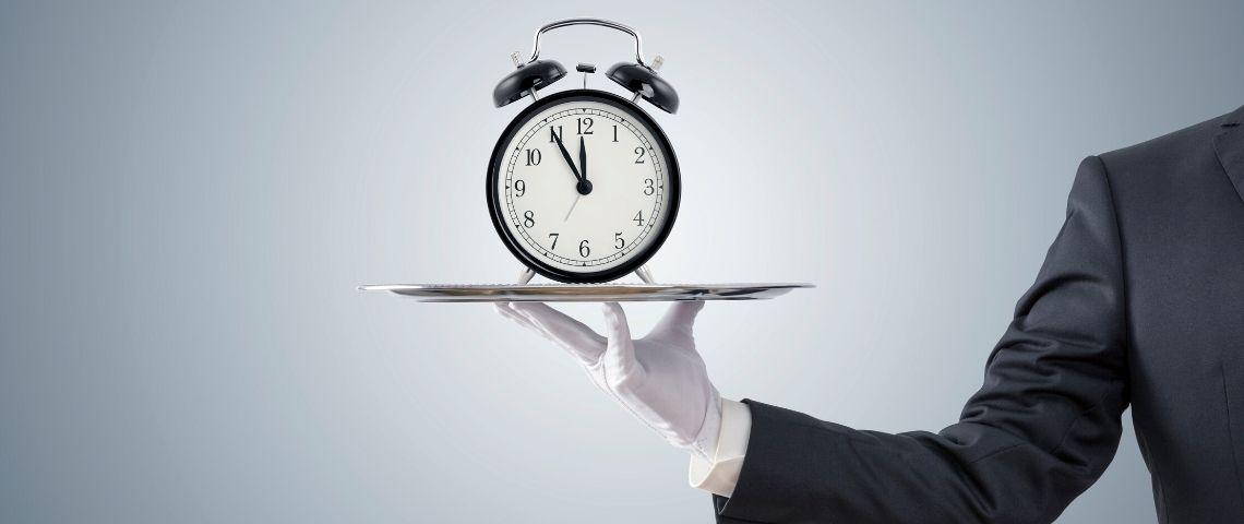 une horloge présentée sur un plateau d'argent