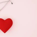 Un stéthoscope avec un coeur