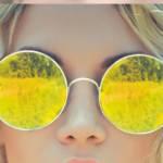 en gros plan les lunettes d'une jeune fille blonde