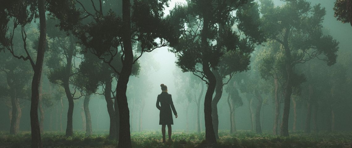 Un homme seul dans le nuit et dans une forêt