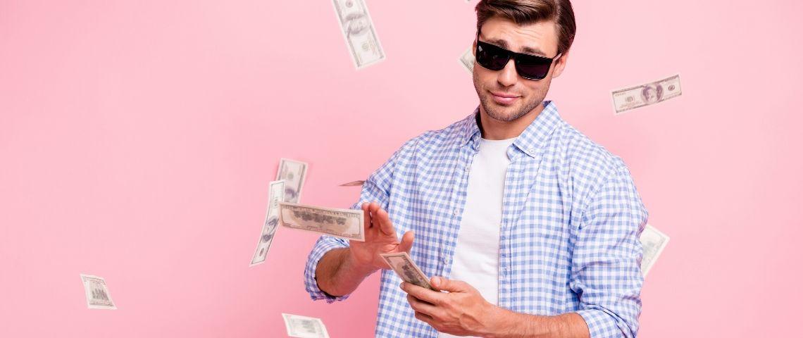 Un homme avec des lunettes de soleil qui lance des billets de banque